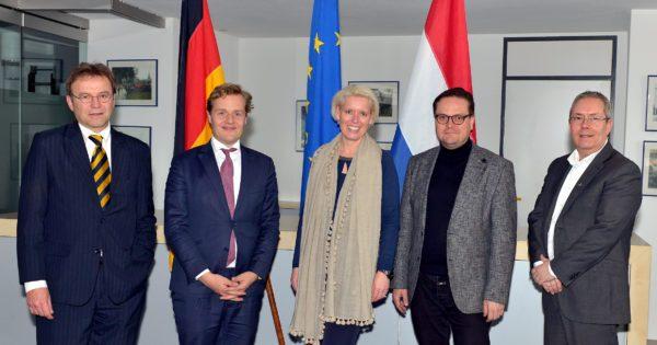 V.l.n.r. John Heuvelings (Provinciale Staten Limburg), kamerleden Jan Middendorp en Chantal Nijkerken, Björn Bock (raadslid Herzogenrath) en wethouder Dion Schneider (Kerkrade, Euregionale arbeidsmarkt).